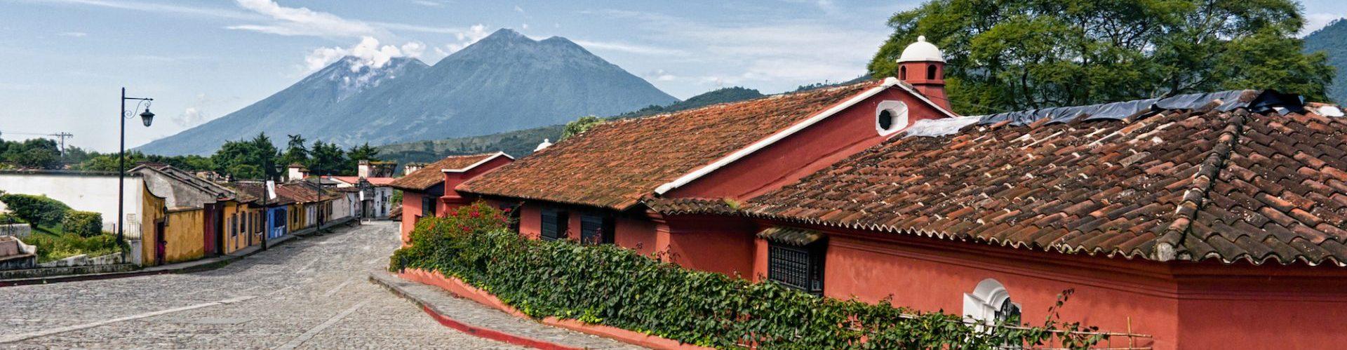 Guatemala, Antigua, bunte Haeuser, Reisen