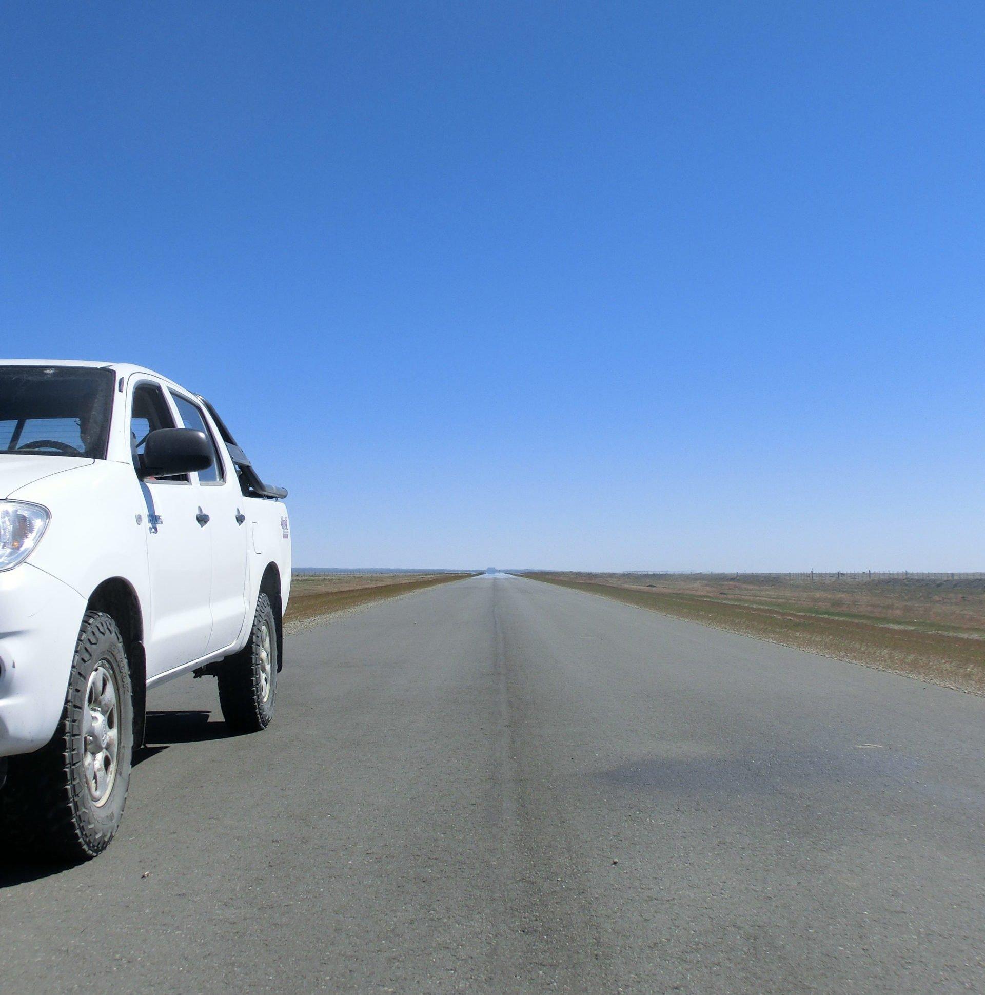 Argentinien, Patagonien, Mietwagen auf gerader Strasse, Latin Amrerica Tours