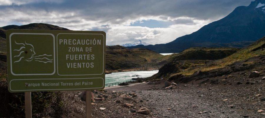 Chile, Patagonien, Torres del Paine, Strassenschild mit Windwarnung, Latin America Tours