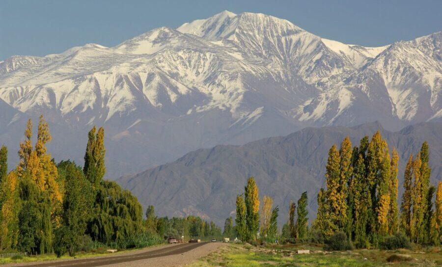 Argentinien, Mendoza, Strasse mit Cerro Tupungato im Hintergrund, Latin America Tours